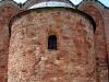 Церковь Спаса на Ковалеве. Апсида. Белая линия показывает уровень разрушения храма