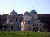 Ивангородская крепость. Никольская церковь, 1498 год (слева) и Успенский собор, 1507-1509 гг (справа)